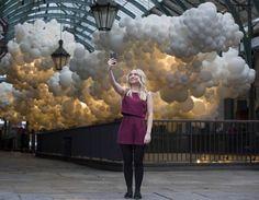 Nube de globos blancos en Covent Garden
