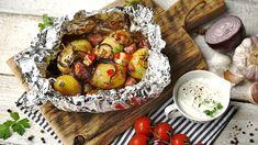 Jednoduchá příloha ke grilovaným specialitám. Alobalové balíčky si můžete přichystat předem, pak dát na gril aonic víc se nestarat. Vbalíčku brambory dokonale změknou anasáknou vůní bylinek aslaniny. Halloumi, Camembert Cheese, Potato Salad, Grilling, Dairy, Potatoes, Ethnic Recipes, Red Peppers, Crickets