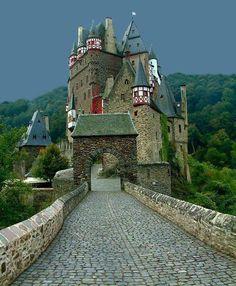 Castillo de Eltz, se encuentra sobre el río Mosela, entre Coblenza y Treteveris, en Alemania. Todavía es propiedad de la misma rama de la familia que la poseyó. Osea, el castillo ha servido de residencia para la misma familia durante 33 generaciones. El castillo fue casa de las familias Rubenach y Rodendorf. Este castillo fue construido cerca del año 1268.