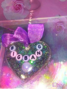 Keychain Heart ( Big Bang )available in my store Designs Whit Love - Etsy ( only one available of this design ) 💜🐼 #decoden #resinart #keychain #bigbang #kawaii #hearts #charm #resin #deco #resincraft #mold #glitter #craft #etsystore #resincharm #jewerly #cute #kawaii #sparkly #harajuku #kpop #girly #Etsy #ribbon #glittery #designswhitlove