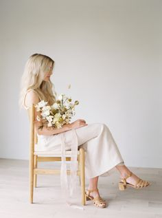 A minimalist and feminine bridal editorial featuring still, quiet moments before wedding. #minimalistbridaleditorial #elegantbrides #bridalinspiration #minimalistbrideinspiration