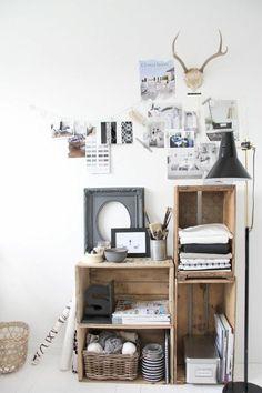 étagère en palette de bois, paniers en paille, boîte à lettres
