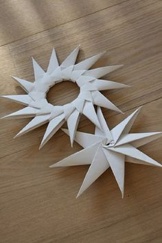 Paper stars for Christmas. would be lovely in golden origami paper. Holiday Crafts, Fun Crafts, Christmas Crafts, Arts And Crafts, Christmas Decorations, Xmas, Oragami Christmas Ornaments, Paper Ornaments, Origami Paper