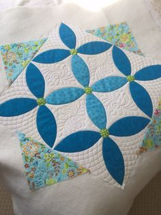 Spring Petals Table Topper by jillmc (quiltingboard) Spring Petals Table Topper By Julie Cefalu.Finished size: wideThe Spring Petals table topper is the perfect way to decorate a table for Spring. Machine Quilting Designs, Quilting Projects, Quilting Ideas, Quilting Board, Small Quilts, Mini Quilts, Quilt Block Patterns, Quilt Blocks, Free Motion Quilting