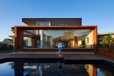 Built by Mark Aronson Architecture in City Beach, Australia with date Images by Douglas Mark Black. X The existing City Beach house is located at The Boulevard, a tree-lined wide drive with generous grass verges that. Australian Architecture, Residential Architecture, Modern Architecture, Architecture Photo, 1960s House, Building A Swimming Pool, Homemade Generator, City Beach, Yogyakarta