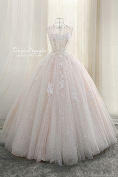 ⚜Bộ váy cưới trong mơ⚜ ‼️ Bất kì cô dâu nào cũng luôn muốn trở thành nàng thơ lung linh lộng lẫy trong ngày cưới của mình. ⚜Bộ váy cưới trong mơ⚜ ‼️ Bất kì cô dâu nào cũng luôn muốn trở thành nàng thơ lung linh lộng lẫy trong ngày cưới của mình. 0936 880066_ 016 88330066 ☎ 0243 9440166  84 Mai Hắc Đế, HbT, HN Web: quyennguyen.vn