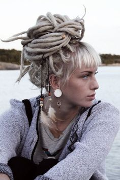 This looks like Laura from High Fidelity who my boyfriend thinks I resemble now I have dreads haha! (Laura doesn't even have dreads in the movie. Blonde Dreads, Blonde Bangs, Dreads Girl, Dreads Women, Blonde Hair, Pixie Cut Blond, Blonde Pixie, Dreadlock Hairstyles, Cool Hairstyles