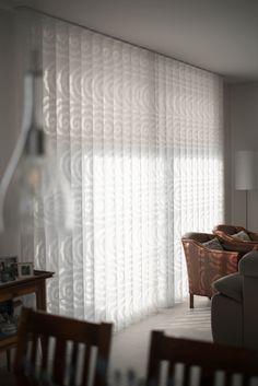 Hoe mooi is het licht inval met deze inbetween gordijnen?!  #inbetween #denbreejeninterieur #stoffering #vivante #patroon #gordijnen Inspireren, Surface Design, Curtains, Home Decor, Blinds, Decoration Home, Room Decor, Draping, Home Interior Design