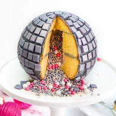 -Get your hourly source of sweet… DIY Disco Ball Piñata Cake! Disco Theme Parties, Disco Party Decorations, 70s Party, Kids Disco Party, Dance Party Birthday, Happy Birthday Cakes, 8th Birthday, Disco Cake, Pinata Cake