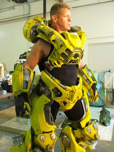 FireFall yellow full body armor This has been made by the dude who made the original Predator suit. Exoskeleton Suit, Powered Exoskeleton, Suit Of Armor, Body Armor, Armor Concept, Concept Art, Zbrush, Character Concept, Character Design