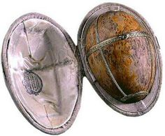 The Karelian Birch egg, aka the Karelian Birch or the Birch Egg, is one of the last two Easter eggs made under the supervision of Peter Carl Fabergé in 1917 for Nicholas II as a present for Maria Fyodorovna; the last was Constellation. Alexander Ivanov, Fabrege Eggs, Faberge Jewelry, Alexandra Feodorovna, Egg Art, Tiny Treasures, Objet D'art, Cuisine, Easter Eggs