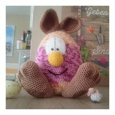 Diese Bastelidee gibt es gratis, zu Ostern, auf unserer Website! Dinosaur Stuffed Animal, Crochet Hats, Toys, Gift Cards, Easter, Gaming, Games, Toy