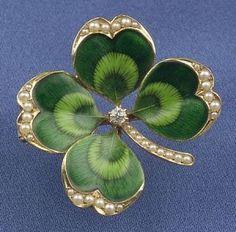 should of been a shamrock,tho Antique Gold and Enamel Four-Leaf Clover Pendant/Brooch, Krementz & Co. Bijoux Art Nouveau, Art Nouveau Jewelry, Jewelry Art, Fine Jewelry, Fashion Jewelry, Enamel Jewelry, Antique Jewelry, Vintage Jewelry, Cartier Jewelry