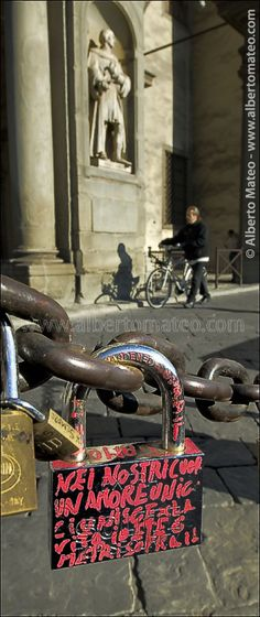 Love declaration on lock in front of the facade of the Galeria Ufizzi - © Alberto Mateo, Travel Photographer