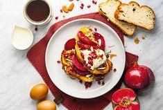 Na másle osmažené francouzské toasty z vánočky, servírované s tvarohovým krémem, zkaramelizovanými jablky, semínky granátového jablka a nasekanými mandlemi. #recept #toast #jablka #jablko #granatovejablko  #karamel #seminka #mandle #tvaroh #recipe #apple #pomegranate Pancakes, French Toast, Breakfast, Food, Morning Coffee, Eten, Meals, Pancake, Morning Breakfast
