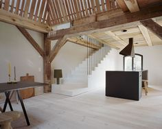 Wanneer architecten een oud gebouw tot woonhuis mogen transformeren, is het altijd spannend in hoeverre de originele structuur zichtbaar blijft in het nieuwe ...