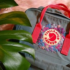 Ahora sí! 💖  #bordado #embroidery #kankenembroidery #kanken #fjallravenkanken #fjallraven #monstera #philodendron #handmade… Diy Embroidery Designs, Embroidery Bags, Embroidery Stitches, Embroidery Patterns, Mochila Kanken, Kanken Backpack, Raven Kanken, Aesthetic Bags, Backpack Decoration
