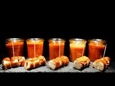 Sodele - jetzetle.... heute der Currysaucen-Test. Hierfür habe ich mir 5 unterschiedliche Saucen aus der großen Vielfalt des WWW ausgesucht. Leider kann man nicht immer genau den Erfinder der Sauce exakt zuordnen - zudem sind die Rezept oft unterschiedlich, für die gleiche Sauce.  Aus diesem Grund nenne ich einfach nur den Hauptbestandteil, der die Soßen unterscheidet - und hoffe so niema ...