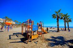 Eerste zomerse dag, 26 graden, 5 april 2014, op het strand L´Ampolla in #Moraira, Er wordt al druk gebruik gemaakt van de speelplek !