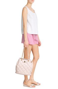 San Gallo Sleeveless Cotton Top SALVATORE FERRAGAMO € 450    product	 Gingham Shorts MICHAEL KORS € 385    product	 Genny Quilted Leather Tote SALVATORE FERRAGAMO € 1.190    product	 Margot Patent Leather Sandals SALVATORE FERRAGAMO € 425