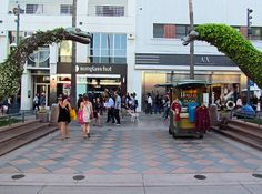 From strolling the beach to window shopping on the promenade, here's a list of things to do in Santa Monica for your next vacation. Santa Monica California, Sunny California, Sunglass Hut, Free Things To Do, Beach Look, Window Shopping, Top Free, Stuff To Do, Surfing