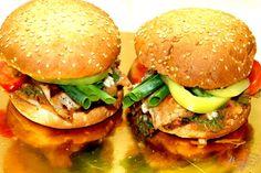 Куриный бургер с пикантным соусом и овощами