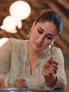 Kareena Kapoor enjoyed a day at the farm and the pictures scream all the fun she had ! Bollywood Actress Hot Photos, Indian Bollywood Actress, Beautiful Bollywood Actress, Most Beautiful Indian Actress, Indian Actresses, Kareena Kapoor Images, Kareena Kapoor Bikini, Kareena Kapoor Khan, Bollywood Suits