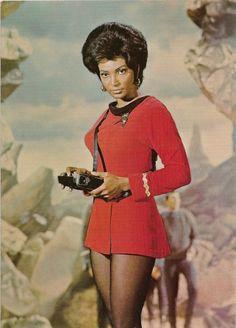 Nichelle Nichols as Lieutenant Uhura on Star Trek. This is why minority representation in the media matters. Mae Jemison was inspired to become an astronaut after watching Nichelle Nichols as Lieutenant Uhura on Star Trek. Nichelle Nichols, Star Trek Enterprise, Christopher Eccleston, Science Fiction, Photo Star, Actrices Sexy, Cinema Tv, Vintage Black Glamour, Star Trek Tos