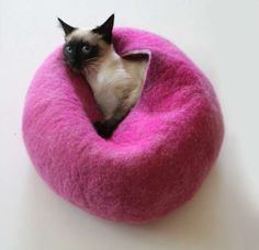 Wool Kitty Nests - sweet idea and very easy to take with you when you're on your outdoor room.