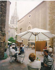 Terrassa del Museu Frederic Marès. El museu no és massa conegut però molt interessant, amb 1 visita no te l'acabes. Al fons, la Plaça Nova  i la Catedral.