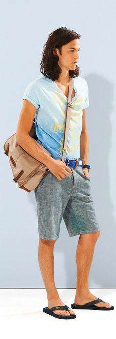 Emparejar una camiseta con cuello circular estampada celeste y unos pantalones cortos grises es una opción cómoda para hacer diligencias en la ciudad. Chanclas añadirán interés a un estilo clásico.