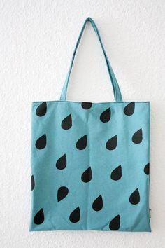 Hellblauer Stoffbeutel mit großen schwarzen Regentropfen // Blue canvas bag with black raindrops by supersarah via DaWanda.com