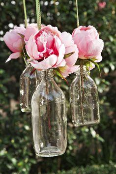 Belle idée déco pour enjoliver votre terrasse : les bouteilles - vases à suspendre ! Ou à poser comme avec ce photophore : http://www.helline.fr/Colonne-photophore/an073046Y/HellineFr?ShopID=sh6320641sp10031059954