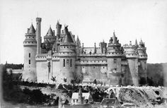 The Château de Pierrefonds in ruins - Hledat Googlem