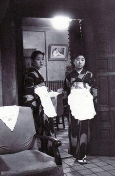 昭和10年頃、丸の内の蚕糸会館の中の喫茶店の従業員。戦前~戦後のレトロ写真(@oldpicture1900)さん | Twitter