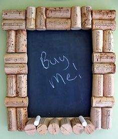Wine cork frame chalk board -- would be great if chalk board was Burgundy or purple! Wine Craft, Wine Cork Crafts, Wine Bottle Crafts, Wine Cork Projects, Craft Projects, Craft Ideas, Wine Corker, Cork Frame, Diy Frame