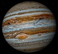 -----Júpiter é o maior planeta do Sistema Solar, tanto em diâmetro quanto em massa e é o quinto mais próximo do Sol.[10] Possui menos de um milésimo da massa solar, contudo tem 2,5 vezes a massa de todos os outros planetas em conjunto. É um planeta gasoso junto com Saturno, Urano e Netuno. Estes quatro planetas são por vezes chamados de planetas jupiterianos ou planetas jovianos. Júpiter é um dos quatro gigantes gasosos, isto é, não é composto primariamente de matéria sólida.