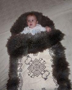 Babypose – Falck Håndverk Sheep Farm, Norway, Folk Art, Project Ideas, Projects, Barn, Crochet Hats, Rugs