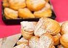 Serduszka...                  400g mąki pszennej  2 żółtka  1 jajko  1-2 łyżki cukru pudru  1 serek waniliowy homogenizowany 150g  2 łyżki gęstej kwaśnej śmietany  1 łyżeczka proszku do piecz.  1 łyżeczka soku z cytryny   szczypta soli    Wszystkie składniki wyrobić ... wałkować ciasto na  ok. 0,5 cm. ..wycinać serduszka i smażyć w rozgrzanym oleju z obu stron na złoto. Osączać na papierowym ręczniku.  Gotowe ciasteczka posypać cukrem pudrem i podać z ulubioną konfiturą.