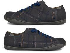 I modelli Twins sono disponibili nella versione sneaker stringata in pelle nubuck, color blu.