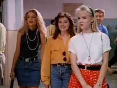 Anything Donna Martin or Kelly Taylor wore is the best thing in the world. Brenda was always a little behind. 90210 Fashion, Fashion Tv, Fashion Images, Grunge Fashion, Retro Fashion, Trendy Fashion, Vintage Fashion, Fashion Clothes, 90s Clothes