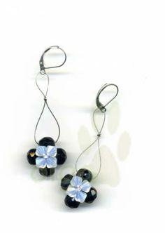 pendientes cuadrado con flor de swarovski.  hilo de acero,swarovski,facetadas checas tejido a mano