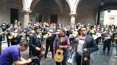Tras reunirse en las afueras de la Catedral, decenas de músicos marcharon hacia Palacio Municipal, donde cantan y exigen ser reinstalados en San Agustín, luego de que fueron reubicados en ...