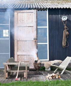 Ik hou van het buitenleven #hout #bank #stoel #vuurkorf Small Outdoor Spaces, Dream Garden, Interior Design Living Room, Outdoor Living, Backyard, Rustic, Outdoors, Cottages, Homestead