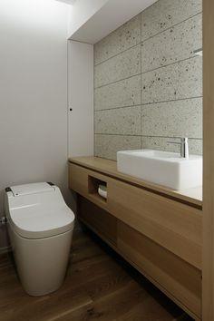 トイレ/バス事例:トイレ(「ウチソトの間合」) Bathroom Toilets, Laundry In Bathroom, Washroom, Small Bathroom, Toilet Tiles, Small Toilet Room, Ideal Bathrooms, Modern Toilet, Toilet Design