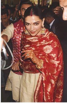 Check Out : The Way Ranveer Singh Protected His Precious Deepika Padukone In The Chaotic Airport Is Priceless - HungryBoo Deepika Ranveer, Deepika Padukone Style, Ranveer Singh, Shraddha Kapoor, Ranbir Kapoor, Priyanka Chopra, Shahrukh Khan, Bollywood Celebrities, Bollywood Fashion