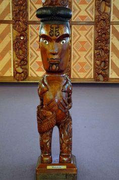 Maori Face Tattoo, Wood Sculpture, Sculptures, Polynesian People, Maori Designs, Maori Art, Wood Carvings, Pyrography, Kiwi