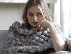 Mode et pratique tricotez vite ce bandeau épaules de chez Phildar. Pas à pas, suivez les étapes de réalisation de ce modèle de tricot et portez-le tout l'hiver pour avec vos petits hauts ou vos petites robes. A la maison, au bureau ou pour une sortie en ville, ce bandeau vous permet d'avoir chaud tout en restant féminine et dans la tendance du joli tricot.