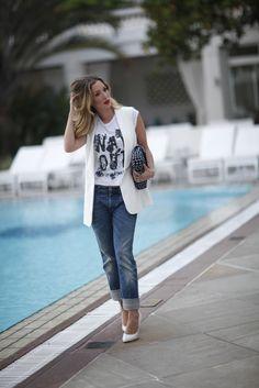 colete de alfaiataria e calça jeans