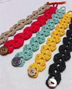 Super cute and super bracelet crochet. free pattern with photos. Marque-pages Au Crochet, Love Crochet, Crochet Gifts, Crochet Flowers, Ravelry Crochet, Crochet Mask, Mandala Crochet, Crochet Leaves, Crochet Bracelet Pattern